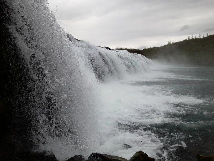 Zwart wit landschap foto van ijslande waterval in natuur