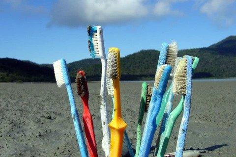 Kapotte plastic tandenborstels op strand